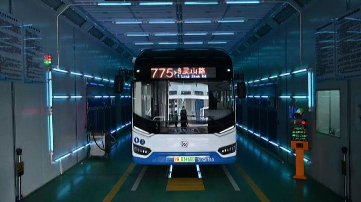 Cina, gli autobus bonificati dal coronavirus in 5 minuti: ecco come fanno