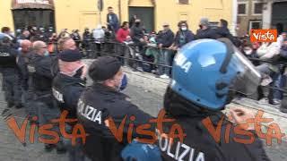 La polizia si toglie i caschi tra gli applausi dei manifestanti